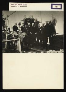 Gruppo di ufficiali e funzionari con Giovanni Battista Pirelli e la moglie Maria Sormani a bordo del piroscafo Città di Milano