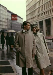 Modelli con gli impermeabili Ennio e Chiara, ripresi a Milano in piazza San Babila