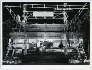 Veduta esterna notturna dello stand Pirelli Sapsa. Esposizione di articoli in gommapiuma.