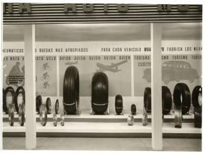 Esposizione di pneumatici per automobili e aerei (veduta frontale)