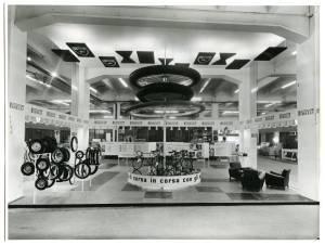 Veduta generale dello stand Pirelli. Esposizione di pneumatici per cicli e motocicli e biciclette storiche di alcuni campioni.