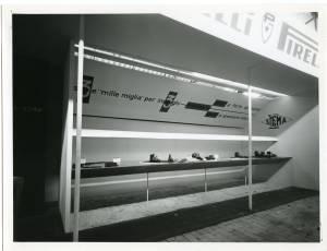 Veduta della vetrina dell'Azienda Sigma; esposizione di calzature