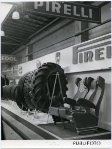 Esposizione di pneumatici; in particolare di un pneumatico per agricoltura. A fianco: esposizione di sedute in gommapiuma.