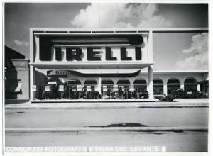 Veduta frontale dello stand Pirelli. Esposizione di pneumatici per agricoltura.