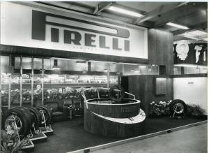 Veduta dello stand Pirelli al Salone dell'Auto di Londra. Esposizione di pneumatici. Al centro, un pneumatico rotante su uno specchio.
