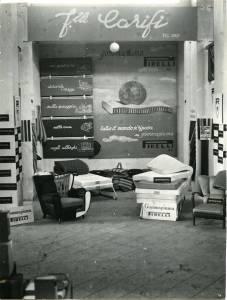 Esposizione di articoli in gommapiuma: sedute e materassi. Sulla parete di fondo un pannello pubblicitario riporta la scritta: tutto il mondo si riposa su gommapiuma Pirelli.