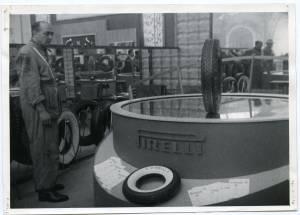 Veduta di un pneumatico Pirelli rotante su una superficie specchiata