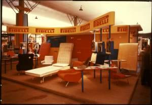 Veduta del posteggio Pirelli. Esposizione di sedute e materassi in gommapiuma.