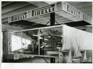 Veduta dello stand Pirelli. Esposizione di articoli in gomma.