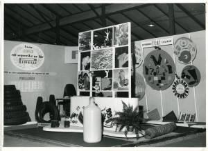 Veduta dello stand Pirelli alla Fiera di S.Erik a Stoccolma del 1952. Esposizione di pneumatici, articoli in gomma, il giocattolo in gommapiuma Meo Romeo e contenitori per alimenti.
