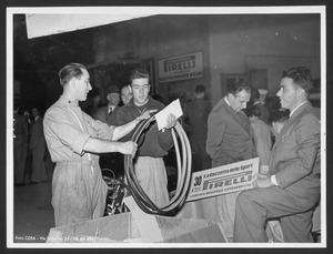 Un corridore alla consegna dei tubolari