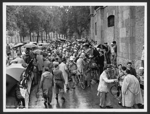 Il ritrovo dei corridori e dei loro accompagnatori all'Arena Civica di Milano, prima della partenza della corsa