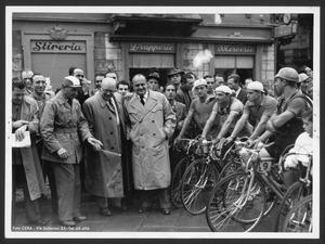 I corridori alla partenza con Alfredo Binda, Arturo Pozzo e Adriano Rodoni