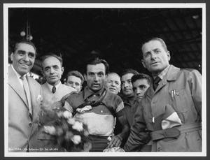 Il vincitore della gara, Alfo Ferrari, al Velodromo Vigorelli con Alfredo Binda (sulla destra) e Gaetano Belloni (sulla sinistra), campione del ciclismo negli anni Dieci e Venti
