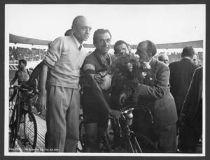 Il vincitore Alfo Ferrari, al Velodromo Vigorelli, insieme ad altre persone