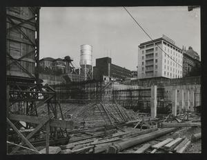 Il cantiere per la Nuova Sede Pirelli: una veduta dello scavo. Sono visibili l'armatura in acciaio di un plinto di fondazione, i pilastri e parte dell'impianto di betonaggio