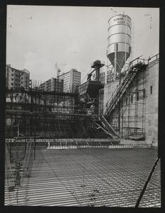 Il cantiere per la Nuova Sede Pirelli: una veduta dello scavo. Sono visibili l'armatura in acciaio di un plinto di fondazione e parte dell'impianto di betonaggio