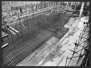 Una veduta del cantiere del Centro Pirelli: costruzione dell'armatura di una struttura di fondazione
