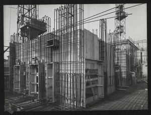 Veduta del cantiere per la Nuova Sede Pirelli: le casse degli ascensori al primo Piano Tipo