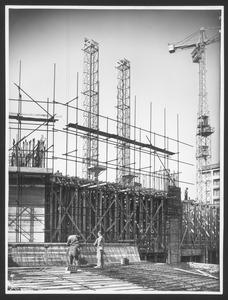 Uomini al lavoro durante una fase della costruzione della Nuova Sede: sul fondo l'Hotel Excelsior Gallia