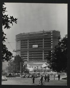 Una fase della costruzione della Nuova Sede: completamento del 17° piano. Installazione pubblicitaria Per il mare, progettata da Roberto Menghi e Albe Steiner