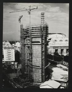 Una fase della costruzione della Nuova Sede: sullo sfondo la Stazione Centrale di Milano