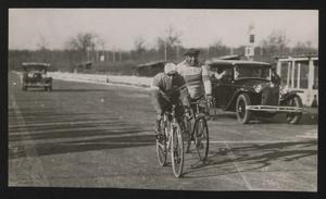 Gara ciclistica tra Nuvolari e Campari all'Autodromo di Monza nel 1932