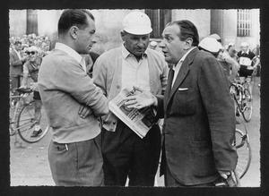 Alfredo Binda insieme ad altre due persone, probabilmente organizzatori della corsa o membri della giuria