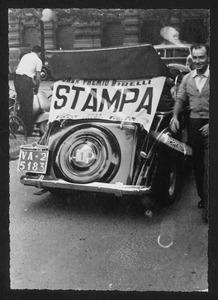 Un'auto con la scritta Gran Premio Pirelli - Stampa, utilizzata dai giornalisti per seguire la corsa