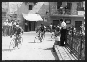 Il passaggio dei corridori su un ponte nel comune di Barghe (BS)
