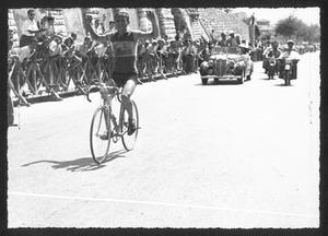 L'arrivo al traguardo a Brescia del vincitore della corsa, il corridore Tranquillo Scudellaro