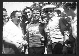 Il vincitore della corsa, il corridore Tranquillo Scudellaro, al termine della gara, insieme ad altre persone, probabilmente membri della squadra e organizzatori della manifestazione
