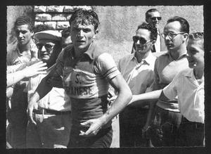 Il vincitore della corsa, il corridore Tranquillo Scudellaro, dopo la fine della gara