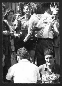 Il corridore Tranquillo Scudellaro mentre festeggia la vittoria