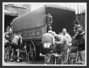 I corridori consegnano agli organizzatori della corsa i propri indumenti per il trasporto a Brescia, ultima tappa della gara