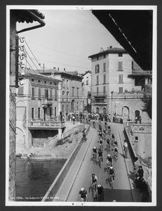 Il passaggio dei corridori su un ponte