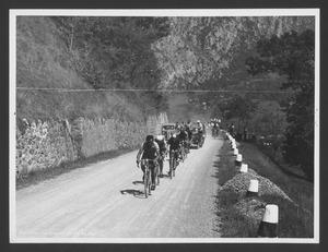 Il passaggio dei corridori su una strada montuosa in salita, forse sul Colle Sant'Eusebio