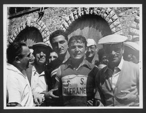 Il vincitore della corsa, Tranquillo Scudellaro, insieme ad altre persone alla fine della gara