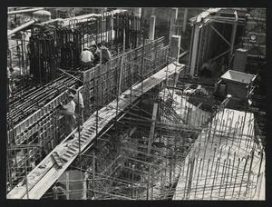 Ottobre 1956, veduta del cantiere del Centro Pirelli: posa delle strutture di fondazione. È visibile l'armatura in acciaio di un plinto