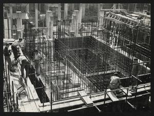 Ottobre 1956, veduta del cantiere del Centro Pirelli: posa delle strutture di fondazione. L'immagine riprende il luogo in cui poi saranno collocati gli ascensori centrali