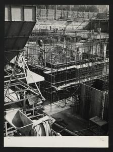 Ottobre 1956, veduta del cantiere del Centro Pirelli: posa delle strutture di fondazione. L'immagine riprende il luogo in cui poi saranno collocati gli ascensori centrali.