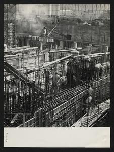 Ottobre 1956, veduta del cantiere del Centro Pirelli: posa delle strutture di fondazione. È visibile l'armatura in acciaio di un plinto.