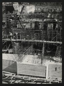 Ottobre 1956, veduta del cantiere del Centro Pirelli: posa delle strutture di fondazione. È visibile l'armatura in acciaio di un plinto e, in primo piano, la struttura di fondazione esterna