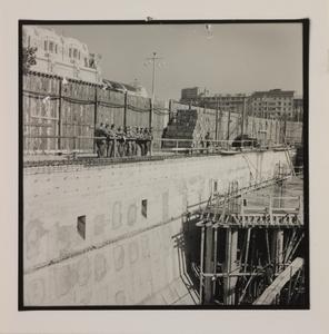 Ottobre 1956, veduta del cantiere del Centro Pirelli: ripresa del muro di sostegno. Sullo sfondo è visibile la Stazione Centrale di Milano
