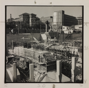 Ottobre 1956, veduta del cantiere del Centro Pirelli: le strutture di fondazione sono complete fino alla quota 3,72 m. In primo piano sono ripresi i pilastri del fabbricato centrale