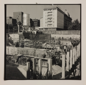 Ottobre 1956, veduta del cantiere del Centro Pirelli: posa delle fondamenta. Sono ripresi i pilastri, le armature in acciaio, i plinti e l'impianto di betonaggio