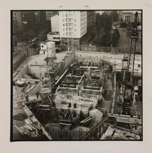 10 ottobre 1956, veduta dall'alto del cantiere del Centro Pirelli. Sono ripresi l'impianto di betonaggio, le strutture di fondazione e le gru
