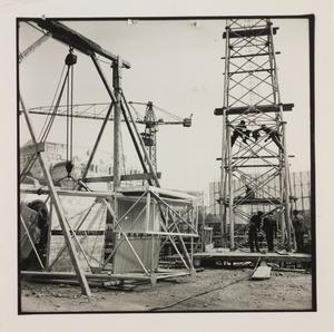 10 ottobre 1956, veduta del cantiere del Centro Pirelli: gru e operai edili
