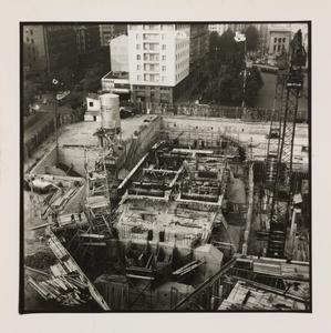 10 ottobre 1956, veduta dall'alto del cantiere del Centro Pirelli: sono ripresi l'impianto di betonaggio, le strutture di fondazione e le gru
