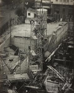 24 ottobre 1956, veduta dall'alto del cantiere del Centro Pirelli: è ripreso l'impianto di betonaggio